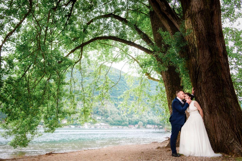 Fotografia di sposi in riva al lago di Lugano a Brusimpiano