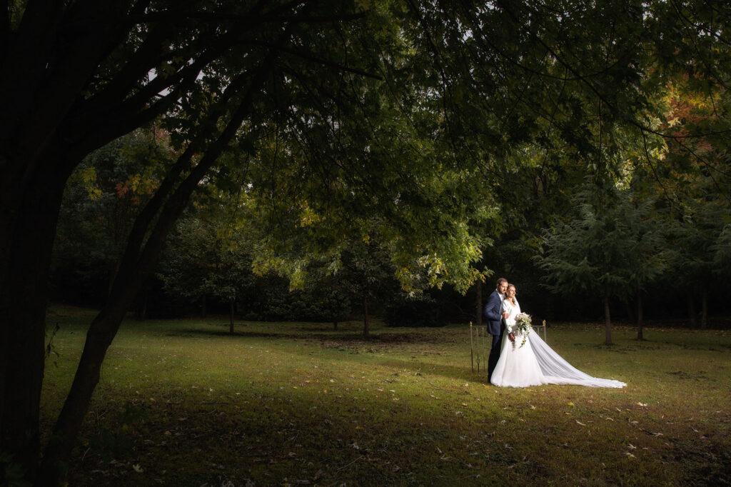 Fotografia di sposi presso il parco de La Voliera Reale di Ternate